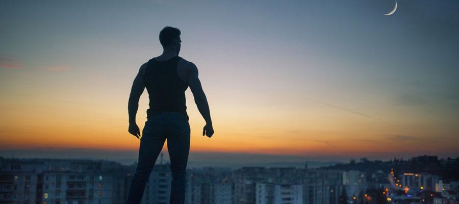 homme debout toit