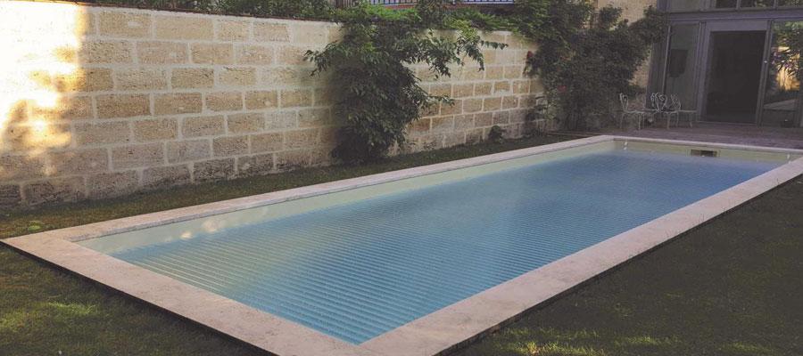 volet intégré à la piscine
