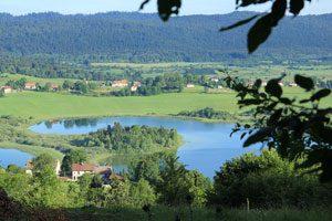 Photo d'un lac du Jura dans la campagne
