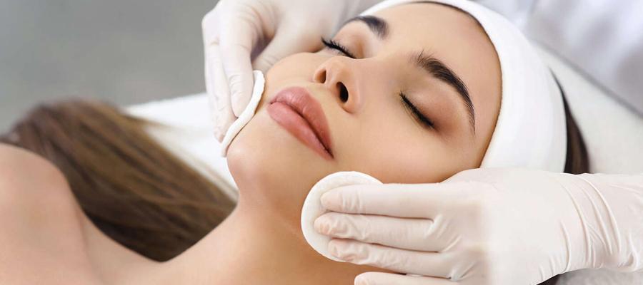 Esthéticienne soin du visage